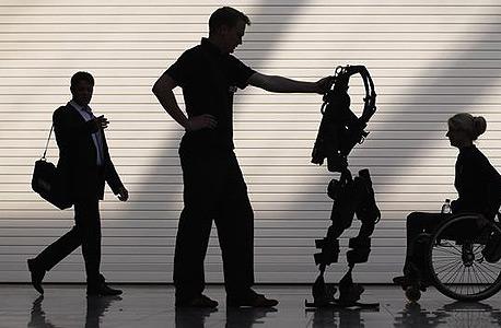 הרגליים הרובוטיות מזהות את הפעילות במוח ומאפשרות למשותקים ללכת