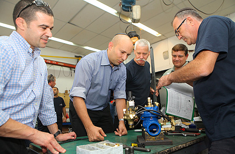"""שר הכלכלה נפתלי בנט במפעל דורות משמאל מנכ""""ל המשרד עמית לנג, צילום: אוראל כהן"""