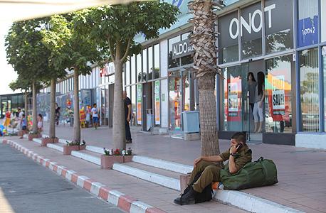 מרכז מסחרי ריק באשקלון במהלך מבצע צוק איתן