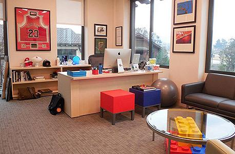 שולחן עבודה של ג'ף ג'ורדן. מלא אור וצבע