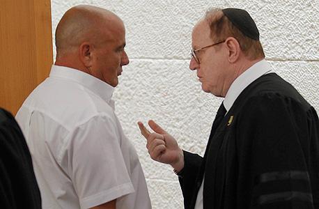 """עו""""ד יעקב וינרוט עם דני דנקנר, בבית המשפט"""