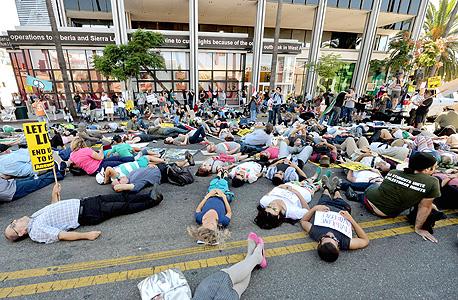 הפגנת Die In במחאה על הרג אזרחים מול משרדי CNN בלוס אנג'לס