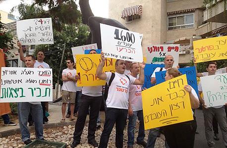 """הפגנת עובדי פרטנר מול בית המנכ""""ל בדרישה שיכיר בוועד (ארכיון)"""