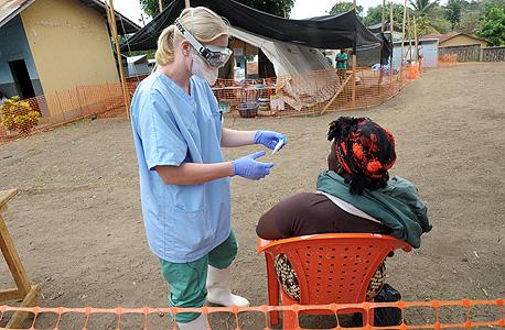 עמיתה של רייניך מארגון רופאים ללא גבולות במרפאה בגקדו, צילום: איי אף פי