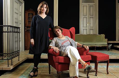 """רבקה מיכאלי (יושבת) וסנדרה שדה. """"היתה תחושה של חוסר אונים, כי עסקנו בתיאטרון ובקומדיה"""""""