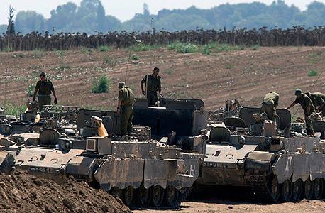 """צה""""ל בגבול עזה צוק איתן החמאס , צילום: אי פי איי"""