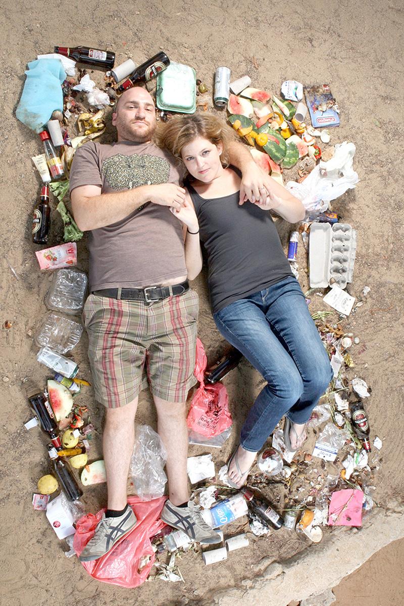 """""""אין יותר מדי קופסאות אוכל מוכן, אבל היתה יותר מדי בירה"""", צילום: עמית שעל"""