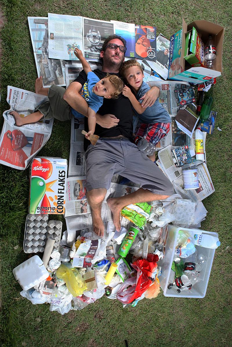 """""""אפשר ללמוד מהזבל שחיי משעממים ושאני צרכן כפייתי של עיתונים"""", צילום: עמית שעל"""