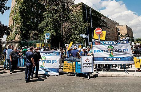 הפגנת עובדי רשות השידור נגד סגירתה בחודש יוני , צילום: עומר מסינגר