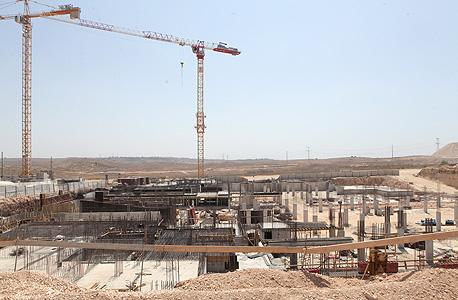 אתר בנייה של פרויקט בראש העין בביצוע חברת צ.לנדאו. אין חסינות בשוק, צילום: אוראל כהן