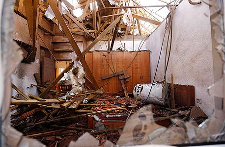 בית באשקלון שנפגע מרקטה שנורטה מעזה במהלך צוק איתן, צילום: רויטרס