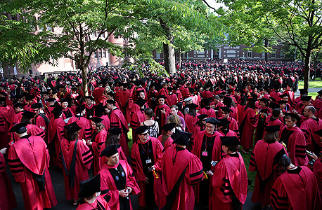 """טקס חלוקת תארים בהרווארד, 2013. דרשייביץ: """"כשאתה תוצר של מערכת כזאת, אתה לא מבין שיש בעולם אנשים שונים ממך"""""""