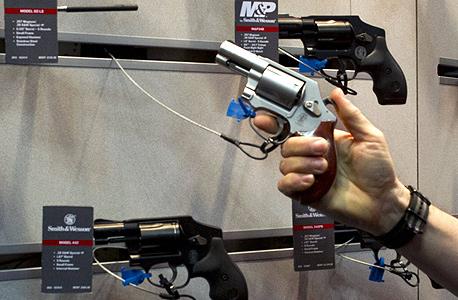 רכישת אקדח בחנות נשק, צילום: איי אף פי