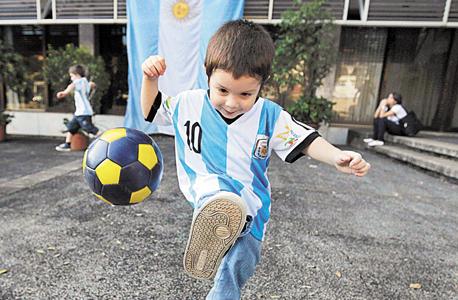 ילד חוג כדורגל ספורט מסי, צילום: רויטרס
