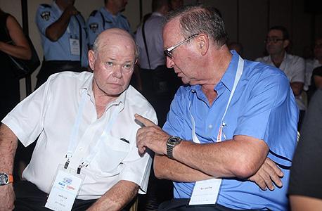 """אלישע ינאי (מימין) ויו""""ר קבוצת דלק גבי לסט, צילום: עמית שעל"""