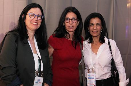 """דורית סלינגר (במרכז) ורונית הראל, מנכ""""לית S&P מעלות (משמאל), צילום: אוראל כהן"""