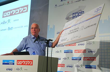 """אריאל מציג """"צ'ק"""" בסך 4 מיליארד שקל, בוועידה"""