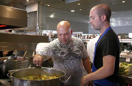 שלו עם השף יונתן רושפלד במטבח של טוטו