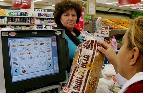 קופאית בסופרמרקט (ארכיון)
