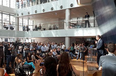 שמואל האוזר נושא דברים במשכן הבורסה החדש, צילום: שי סלינס