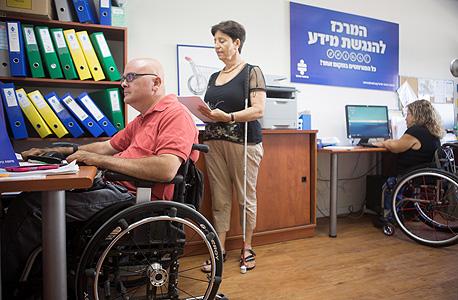 עובדים בעלי מוגבלויות במרכז החדש. מסתמכים על מודל של דמי אחזקה חודשיים מהעסקים שישתמשו בשירות