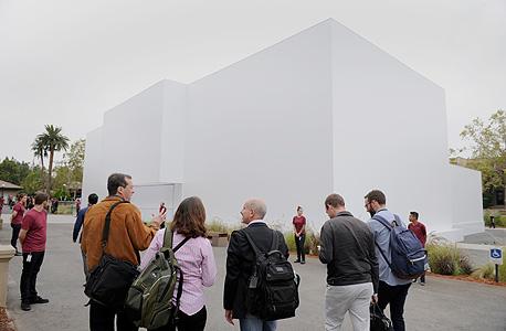 הקהל מחוץ לאולם הכנסים של אפל
