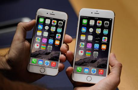 אייפון 6 פלוס (מימין). למי יש כסף למכשיר כזה?