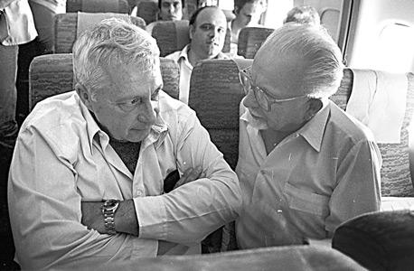 הכט עם אריאל שרון ב-1981. היה מיקירי הציונות הרביזיוניסטית