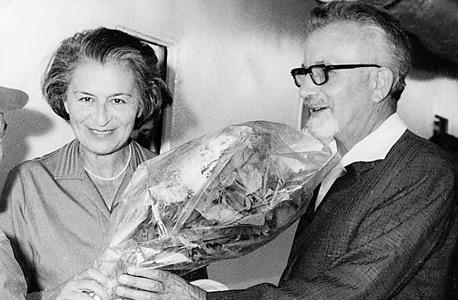 ראובן ואדית הכט ב־1965. לאחר מותו זכתה במניות ההצבעה בממגורות דגון