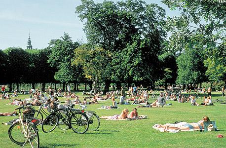 משתזפים בגני טירת רוזנבורג, הפארק העתיק בעיר. כבר 40 שנה שהדנים מדורגים בראש טבלאות האושר והרווחה העולמית