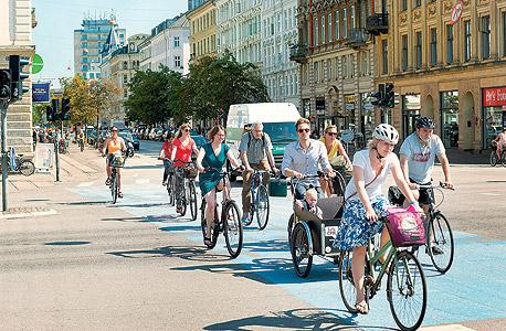 רוכבי אופניים בשדרות פרדריקסבורג גאדה, במרכז ההיסטורי של קופנהאגן