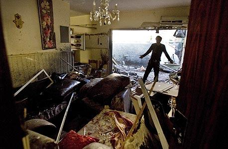 פגיעה ישירה בבית בשדרות. בעלי דירות שנפגעו חוששים מהבירוקרטיה הכרוכה בשיפוץ של החברות המשכנות