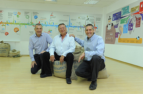 """גדי לסין (מימין), מיכאל שטראוס ומריוס מלסטו מנכ""""ל שטראוס רומניה"""