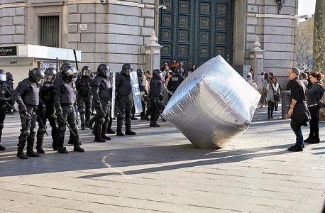 אבן מתנפחת שהושלכה על שוטרים במחאות בברצלונה ב־2012