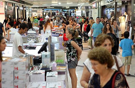ישראלים קונים בחג, צילום: עמית שעל