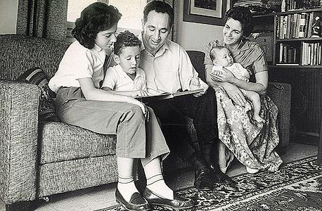 """מימין: סוניה, חמי, שמעון, יהונתן וצביה פרס בסלון דירתם, 1958. """"תמיד חשבתי שבורכתי באמא הכי טובה בעולם, ובאבא יוצא דופן. הלוואי שהייתי בוחר חברות להשקעה כמו שבחרתי את הוריי"""""""