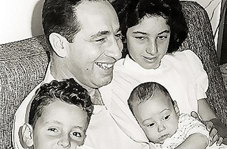 """עם אביו ואחיו. """"הנוכחות הפיזית של אבי בבית לא היתה גבוהה, אבל הורגלתי להעסיק את עצמי"""" , צילום: ארכיון שמעון פרס"""