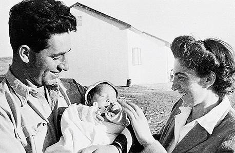 חמי פרס בזרועות אביו ואמו