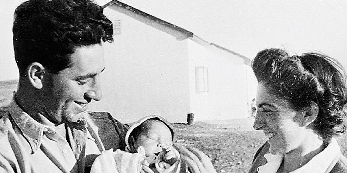 חמי פרס בזרועות אביו ואמו , צילום: ארכיון שמעון פרס