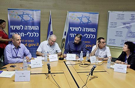 פלוג בוועדת טרכטנברג עם יורם גבאי, שלומי פריזט ומנואל טרכטנברג. לא מתייחסת לשאלה מה יעלה בגורל ההמלצות