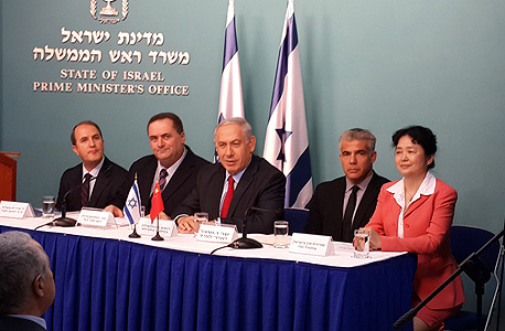 שגרירת סין (מימין), יאיר לפיד, בנימין נתניהו, ישראל כץ ויחיאל לסרי בטקס חתימת הסכם נמל אשדוד