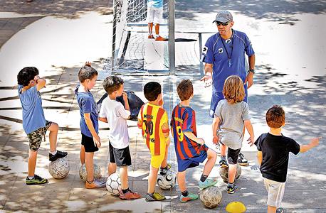"""אימון ילדים. """"הסיבה המרכזית להצלחה וכישלון של קבוצה היא המאמן"""", קובע פיליפ קאס, שכתב עבודת דוקטורט בנושא. """"ההכשרה חייבת להיות מצוינת ומותאמת למה שהכדורגל העולמי דורש"""", צילום: אוראל כהן"""