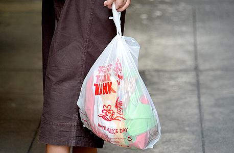 שקיות ניילון. המהלך לאיסור השימוש נובע מבעיית הזיהום הקשה של שקיות ניילון ברחובות ובמערכת הביוב של מדינת קליפורניה