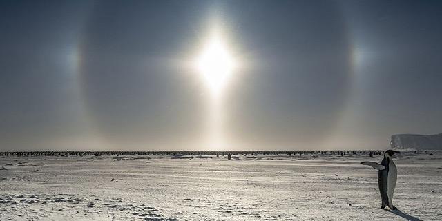 קרני השמש הנשברות באבק הקריסטלים
