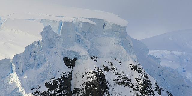 רכס הרים המוסתר תחת מצבורי הקרח העצומים, צילום: NASA, Flickr