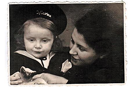יעקב וינרוט בן שנה עם אמו בגרמניה ב-1948