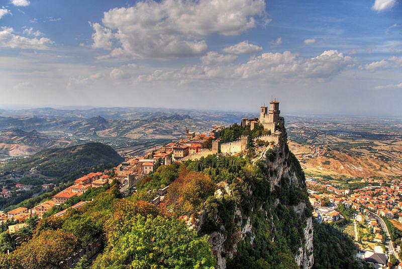 סאן מרינו. אחת מהמדינות הקטנות בעולם ששוכנת בהרי האפנינים באיטליה