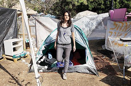 הכתבת טלי שמיר ליד האוהל שלה. המקום הזה הוא תחתית החבית, פאר הכישלון של השיטה, צילום עמית שעל