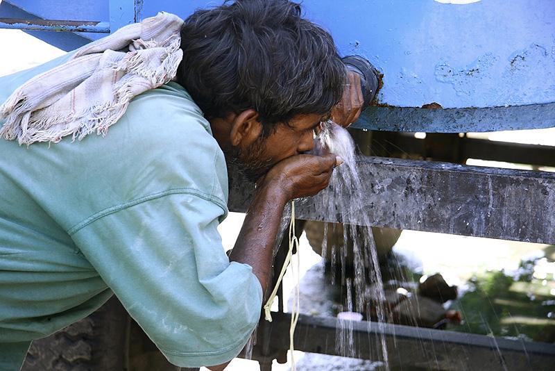 שתיית מי ברז בהודו - בהחלט לא מומלץ.