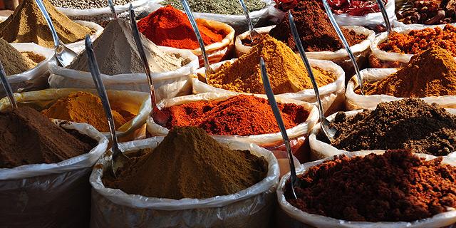 דוכן תבלינים בשוק הודי, צילום: שאטרסטוק